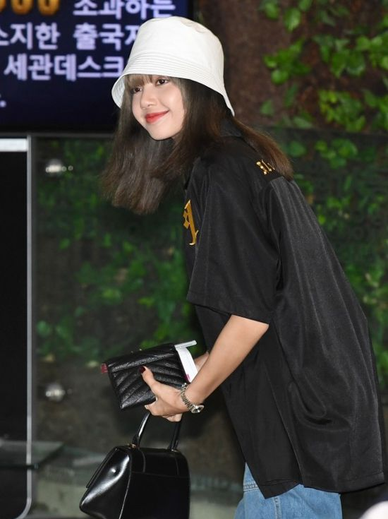 Lisa Blackpink with a trendy bucket hat style