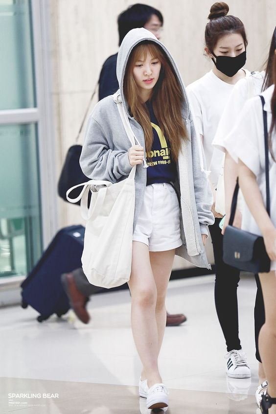 wearing shorts for summer airport travel outfit idea